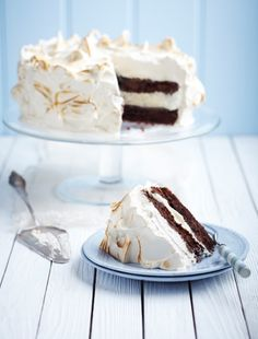 Chocolate and Coffee Meringue Cake from James Martin's United Cakes of America: http://gustotv.com/recipes/dessert/chocolate-coffee-meringue-cake/                                                                                                                                                                                 Mais