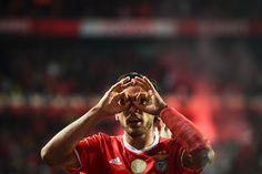 Os dois golos que o Benfica marcou surgiram na jogada seguinte ao Sporting quase marcar. Uma equipa falhou, a outra aproveitou, e quem era líder saiu do dérbi com mais cinco pontos de quem era segundo e, agora, é terceiro. Salvio e Raúl Jiménez foram eficazes (2-1) antes de Bas Dost, por fim, também o ser