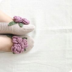 Stylish Women's Knit Booties Models - Home Arragement Crochet Socks Pattern, Crochet Shoes, Crochet Slippers, Crochet Yarn, Knitting Patterns, Crochet Patterns, Gestrickte Booties, Knitted Booties, Art Boots