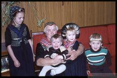 Staphorster vrouw met vier kinderen op een bank. Twee van de kinderen zijn gekleed in klederdracht en twee niet. #Overijssel #Staphorst