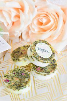 DIY : des savons fleuris à offrir à vos invités de mariage