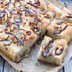 En smarrig focaccia av en enkel basdeg, toppad med lök, nötter och gorgonzola!