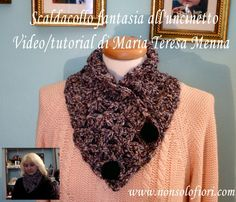 Scaldacollo fantasia all'uncinetto Video/tutorial di Maria Teresa Menna Per visionare il video/tutorial cliccare sul link https://youtu.be/_q5AmXl6ZA0