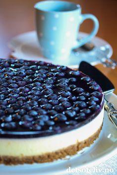 Vil du ha et kaketips av meg til helgen? En ostekake er aldri feil..  Denne blir ekstra god med litt kanel i kjeksbunnen og blåbærlokk på toppen!
