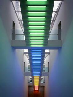 """""""Dan Flavin"""" """"Glaslamellenfassade"""" """"Moderne Architektur in München"""" """"Transparenter Sonnenschutz"""" """"Energiesparende Bürohäuser"""""""