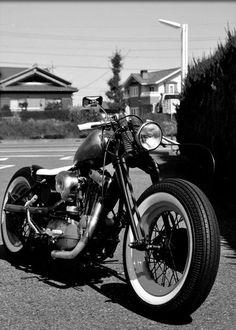 Harley Davidson sportster old school bobber/chopper Motos Bobber, Ironhead Sportster, Bobber Bikes, Bobber Motorcycle, Bobber Chopper, Cool Motorcycles, Vintage Motorcycles, Triumph Bobber, Yamaha Virago