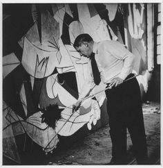 {This is probably the single most amazing piece of artwork I've ever seen} Picasso painting Guernica photo by Dora Maar Picasso Guernica, Kunst Picasso, Art Picasso, Picasso Paintings, Painting Art, Dora Maar, Artist Life, Artist At Work, Black And White