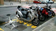 Bici estatica en parking de motos