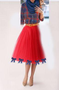 Vestido de Festa Junina DIY fácil. Pegue uma camisa xadrez, mande fazer/ faça uma saia de tulle, enfeite a saia com lacinhos coloridos combinando com sua camisa. Costure uma renda na barra da saia. Use botas pra completar o look. -www.lalailalife.com