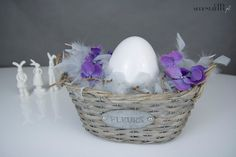 Easter centerpiece with feather boa and  http://cityserendipity.pl/lifestyle/wielkanocne-dekoracje-jaja-piora-i-mech/