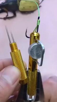This is a cool convenient fishing line knotter, it is portable and easy to use. Suitable for the small fish hook, mini size, and operation easily. Dual Function, essential for anglers when go fishing. Fishing Rigs, Carp Fishing, Trout Fishing, Saltwater Fishing, Fishing Videos, Fishing Tackle, Fishing Shirts, Fishing Line Knots, Survival Knots