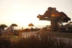 EL LUGAR MÁS ROMÁNTICO DEL MUNDO LIMA (PERÚ)  Alejado de los puentes abarrotados de candados existe un lugar en el mundo dedicado al amor que pone a románticos y escépticos de acuerdo: se trata del Parque del amor en el barrio de Miraflores de la capital peruana.  En el centro, la escultura 'El beso' del artista local Víctor Delfín y decorando paredes y bancos en mosaico, citas sobre el amor de poetas peruanos: 'Te desvisto como quien pela una fruta'.