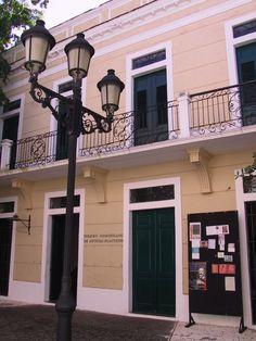 Colegio Dominicano de Artes Plásticas. Zona Colonial Santo Domingo, DOMINICANREPUBLIC   . (Foto tomada 25 de junio de 2004. ® Rix. Ricardo López Gómez)