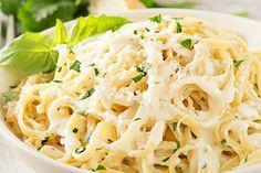 Vyzkoušejte naše krémové těstoviny s česnekovou omáčkou a parmazánem