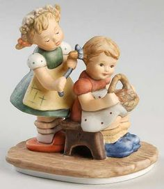 Hummel Figurines are finely crafted and rendered by the brilliant artist Berta Hummel borned in Berta's creations were inspired by t. Porcelain Jewelry, China Porcelain, Porcelain Tiles, Beautiful Children, Beautiful Dolls, Goebel Figurines, Porcelain Dolls Value, Drawing For Kids, Baby Dolls