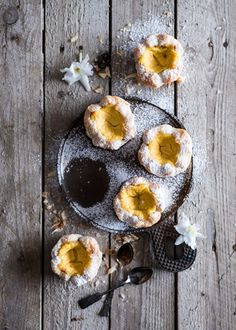 Pastéis de nata leivonnaiset ovat täynnä herkullista vaniljakreemiä. Alun perin Portugalista lähtöisin olevat leivonnaiset valmistuvat lehtitaikinasta hieman alkuperäistä reseptiä mukaillen.  Joulusta jäi pakastimeen hieman voitaikinaa, vaikka kyllähän se siellä säilyisi, oli siitä silti jotain...