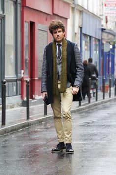 La pièce forte ici, c'est le manteau Three Animals de Florian : il y a un contraste de style intéressant entre les bras avec une couleur bleue mouchetée, et le torse bleu marine plus conventionnel.   De plus, le formalisme de la tenue (veste, cravate et derby) se retrouve adoucit avec le chino beige et l'écharpe verte portée de façon plus décontractée. #modehomme #streetstyle #inspiration #suits #manteau #chino #threeanimals #bonnegueule