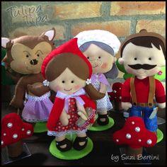 Kit Festa Chapeuzinho Vermelho. Feito à mão em feltro.  1 Chapeuzinho Vermelho 28cm  1 Vovozinha 30cm  1 Lobo Mau 30cm  1 Lenhador/Caçador 30cm  20 Capinhas para refrigerante caçulinha ou água.  3 Arvores  4 Cogumelos Pocket Pal, Storybook Characters, Felt Fairy, Felt Dolls, Red Riding Hood, Little Red, Felt Crafts, 3rd Birthday, Puppets