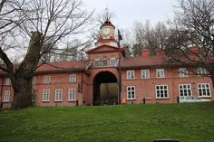 This charming building expresses the real beauty of the village. Exhibition Room, Finland, Tower Building, Real Beauty, Castle, Mansions, House Styles, City, Nature