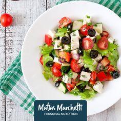 Ingredientes 800 gr de tomate cherry 25 aceitunas negras y verdes 300 gr de queso de queso descremado ¼ de aceite de oliva 1 cdita de sal 1 cdita de pimienta 2 puñados de hojas de albahaca Preparación Mezcla todos los ingredientes y sirve.