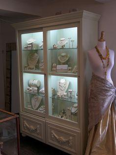 Jewerly store interior boutiques closet Ideas for 2019 Jewelry Store Displays, Jewelry Store Design, Jewelry Stores, Jewellery Storage, Jewellery Display, Boutique Decor, Bridal Boutique, Booth, Decoration