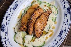 Ein tolles Rezept für kross gerillten Teriyaki-Lachs, der auf einem Gurkensalat mit Zitronencreme und gerösteten Sesamsamen serviert wird. Die Teriyaki-Sauce in der der Lachs mariniert wird, wird selbst zubereitet.