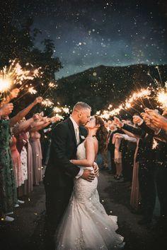 Night Wedding Photography, Creative Wedding Photography, Wedding Photography Inspiration, Wedding Photography Styles, Wedding Inspiration, Night Time Wedding, Wedding Kiss, Night Beach Weddings, Night Wedding Photos