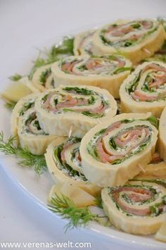 Lachs-Frischkäse-Röllchen A little Swedish-inspired, this was my gift for this year's ESC party buffet. But also the salmon and cream cheese rolls always arrive well and are great especially in th Party Finger Foods, Snacks Für Party, Dessert Party, Appetizers For Party, Appetizer Recipes, Snack Recipes, Healthy Recipes, Brunch Recipes, Pizza Recipes