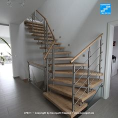 KENNGOTT-TREPPE TERZO Stufen Asteiche Longlife R9 Freitragende KENNGOTT-TREPPE, Stufenmaterial Asteiche Longlife R9 (mit strukturierter, rutschhemmender Oberfläche), Geländersystem TERZO mit Edelstahlreling und Holzhandlauf, Beschläge Edelstahl Mehr Treppen unter www.kenngott.de Railing Design, Stair Railing, Staircase Design, Stairway Decorating, Floating Stairs, Loft Room, House Stairs, Stairways, Farmhouse Decor