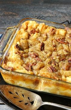Combining two classics into one dessert. Gooey pecan pie makes this bread pudding unforgettable. Pecan Pie Bread Pudding is actually Pecan Pie without the crust. Instead it's poured over a delicious bread pudding and baked to perfection! 13 Desserts, Delicious Desserts, Dessert Recipes, Yummy Food, Pudding Desserts, Plated Desserts, Pecan Pie Bread Pudding, Bread Puddings, Southern Bread Pudding Recipe