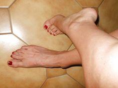 Donna matura ci mostra i suoi piedi #donnemature #piedinudi #feticismo #piedisexy #feticismi http://www.pepatissimo.net/2016/07/donna-matura-ci-mostra-i-suoi-piedi/