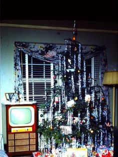 Kodachrome Living Room Christmas Tree, only thing missing is Mom and Dad Old Time Christmas, Ghost Of Christmas Past, 1950s Christmas, Old Fashioned Christmas, Christmas Love, All Things Christmas, Christmas Tree Ornaments, Christmas Decor, Modern Christmas
