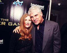 The incredible author - Susanne Collins with director Gary Ross. Hunger Games Cast, Hunger Games Catching Fire, Hunger Games Trilogy, Hunger Games Mockingjay, Mockingjay Part 2, Hunger Games Exhibition, Mocking Jay, Suzanne Collins, Adventure Film