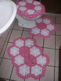 Jogo de banheiro em croche Três peças Branco com rosa chá Pode ser feito em todas as cores