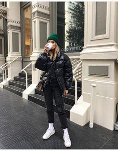 Daunenjacke mit Kapuze Korb Sneakers Hosen dünne Jeans Winter Winter Woman Jackets and Blazers jeans jacket style woman Modern Street Style, Looks Street Style, Looks Style, New York Street Style, Mode Outfits, Fall Outfits, Fashion Outfits, Warm Winter Outfits, Dance Outfits