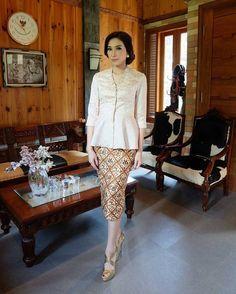 Kebaya Dress, Batik Kebaya, Kebaya Brokat, Blouse Batik, Batik Dress, Fashion Show Dresses, Fashion Outfits, Skirt Fashion, Hijab Fashion