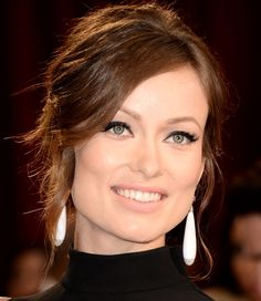 Olivia Wilde at 2014 Oscar. If you click on the image, it gets giga so you can see all the details of this flawless make up. What a beautiful woman!