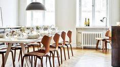 A grande maioria de nós certamente conhece, ou pelo menos já ouviu falar da rede sueca de fast fashion H&M. Evelina Kravaev Söderberg é ninguém menos que Diretora de Criação da H&M Home, o braço decorativo da marca. Inserida nesse universo, ela fez de sua própria morada, em Estocolmo, um espaço agradável, aconchegante, cheio de …