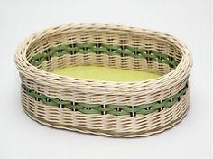 Ručne pletený košík z pedigu. Kvalitné vypracovanie, pevná konštrukcia.  Vhodný ako: * košík na chlieb, rožky a pod. * darček pre milú osôbku * viacúčelové využitie v domácnosti  Farba:  prír...
