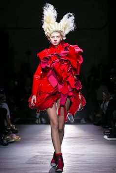 A look from the Comme des Garçons Spring 2015 RTW collection.