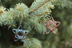 Handmade Star Wire Ornaments from Alyssa and Carla. Noel Christmas, Diy Christmas Ornaments, Xmas Crafts, Homemade Christmas, Rustic Christmas, Simple Christmas, Christmas Wreaths, Wire Ornaments, Handmade Ornaments