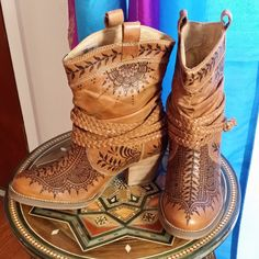 This woman does henna with a burning pen into leather boots. Shoe Tattoos, Leather Tooling, Tooled Leather, Make Your Own Clothes, Fashion Now, Shoe Art, Leather Pieces, Painted Shoes, Cowgirl Boots