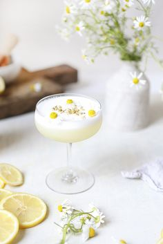 CHAMOMILE GIN SOUR summer cocktail recipe now on Eye-Swoon.com