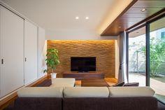 リビングの主役は温かみのある木目。天井・壁・床・キッチン全て木目を採用していますが、どれも存在感があり重厚感あふれる空間になっています。