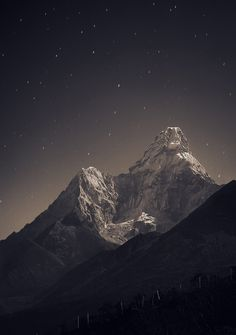 夜空にそびえるエベレストの山頂。星も山も美しい。Anton Jankovoy: Nepal, Everest region, view from Tengboche (3,860 m) to Ama Dablam (6,856 m) | 30 sec, f/4, ISO 400, FL 70 mm