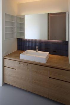造作洗面台 Laundry In Bathroom, Washroom, Bathroom Wall, Bathroom Storage, Small Bathroom, Toilet Tiles, Washbasin Design, Interior, House