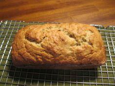 El mejor Pan de Platano (The Best Banana Bread) : Ingredientes:[i][b] (Nota: Todos los ingredientes deben estar a temperatura ambiente)[/b]  [/i]      * 2 tazas de harina (harina blanca todo proposito)      * 3/4 taza de azucar      * 3/4 cdta. de bicarbonato de sodio      * 1/2 cdta. de sal de mesa      * 1 1/4 taza de nueces en trocitos (opcional, yo lo prefiero sin las nueces)      * 3 platanos bien maduros (deben estar suaves y bien oscuros, con bastantes manchas negras)      * 1/4 taza de y