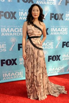Sandra Oh One Shoulder Dress - Sandra Oh went for cool glamour in a printed one-shoulder gown by Marchesa at the 2011 NAACP Image Awards. Sandra Oh, Cristina Yang, Beautiful Asian Women, Amazing Women, Beautiful People, Grey's Anatomy, Celebrity Outfits, Celebrity Style, Gal Got