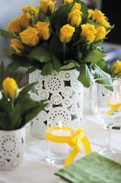 vaso branco + flor amarela