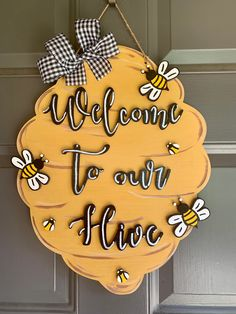 Classroom Signs, Classroom Decor, Bee Crafts For Kids, Teacher Door Hangers, Bee Party, Bee Gifts, Bee Theme, Spring Crafts, Bumble Bee Crafts